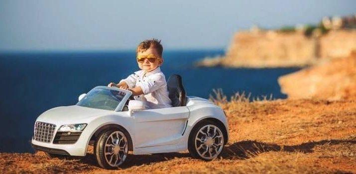 Дете шофира детски автомобил с акумулатор